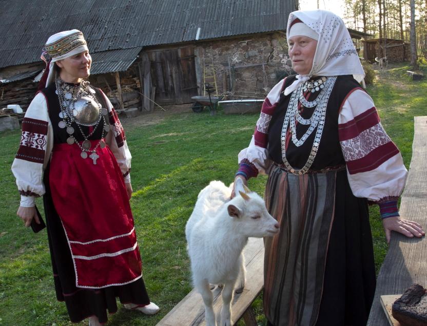 Ujės Sarv ožiukas nori linksmintis - setės tautiniais drabužiais