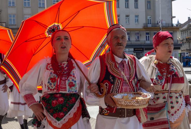 Folkloro grupė tautiniais drabužiais Zagrebo centre