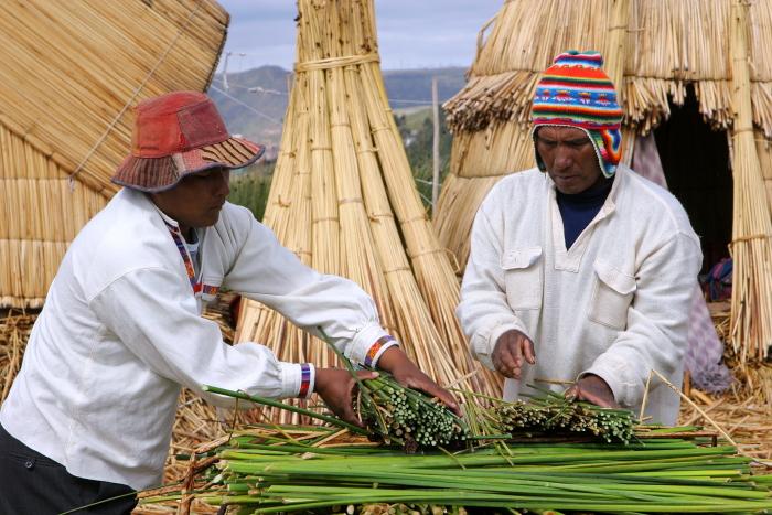 Aimarų vyrai rodo, kaip statomos urų plaukiojančios salos Titikakos ežere