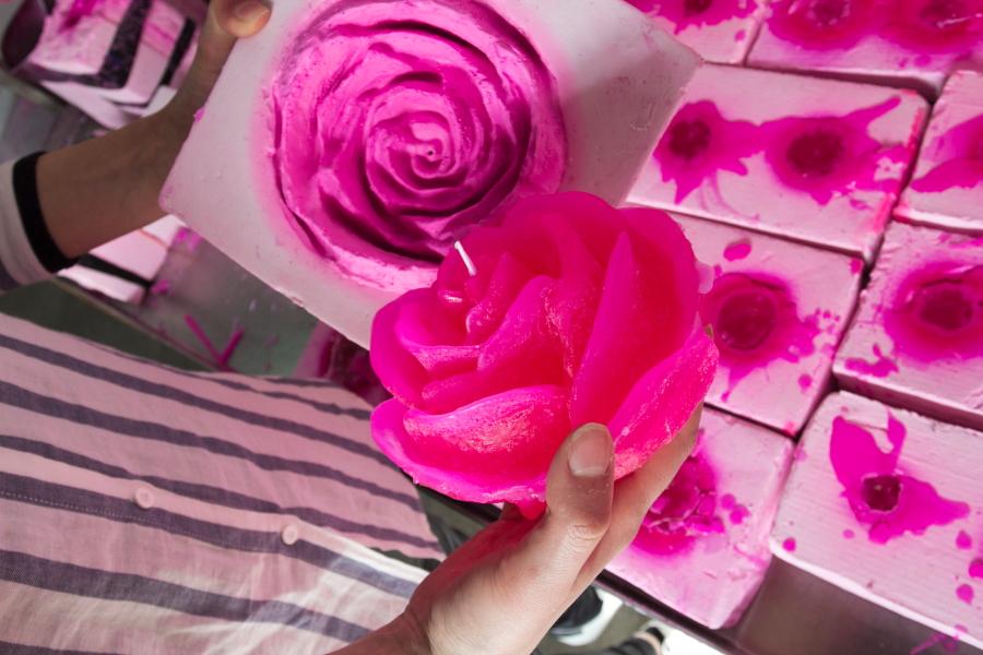 Taip gimsta rožių žvakė / Foto: Kristina Stalnionytė