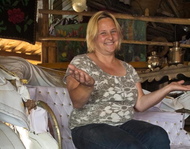 Eglė Jovaraitė Užpalių dvare sėdi karietoje