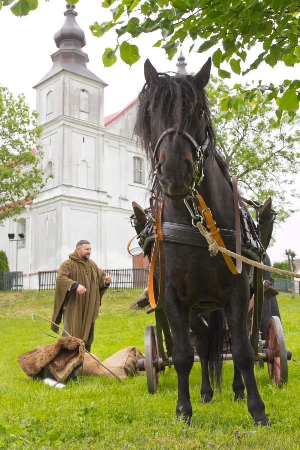 Donatas su žirgu Kipšu prie Varnių bažnyčios