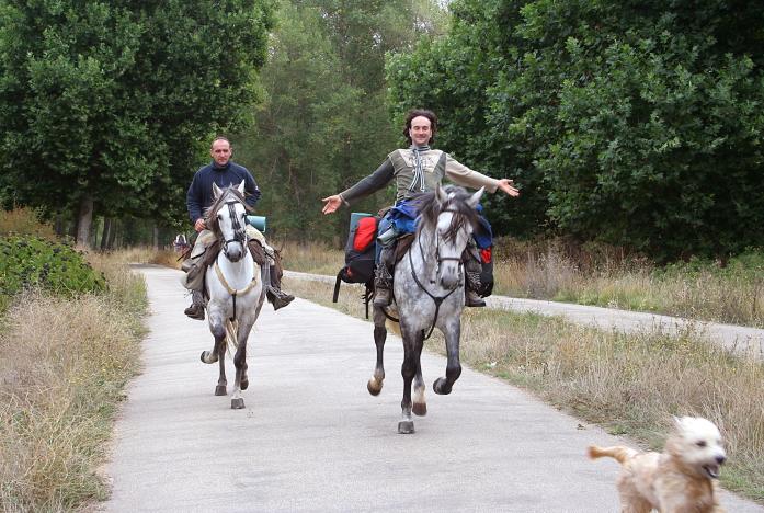 Du piligrimai į Santjagą joja arkliais ir vedasi šunį / Foto: Kristina Stalnionytė
