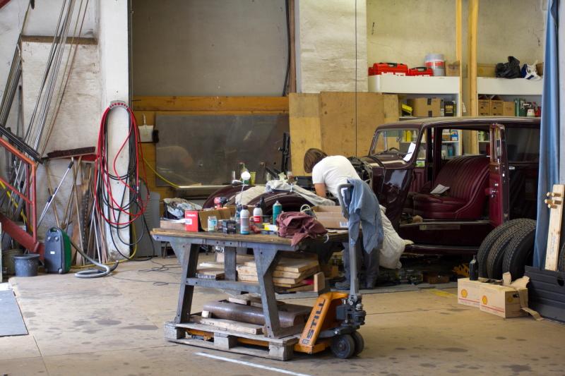 Muziejaus dirbtuvėse Franco Vonier sūnūs tvarko Rolls Royce automobilius