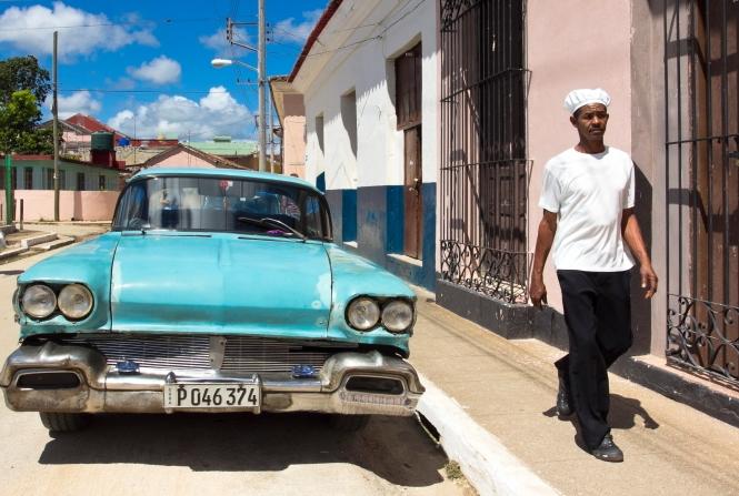 Retro Taksi Remedioso gatvėje Kuboje