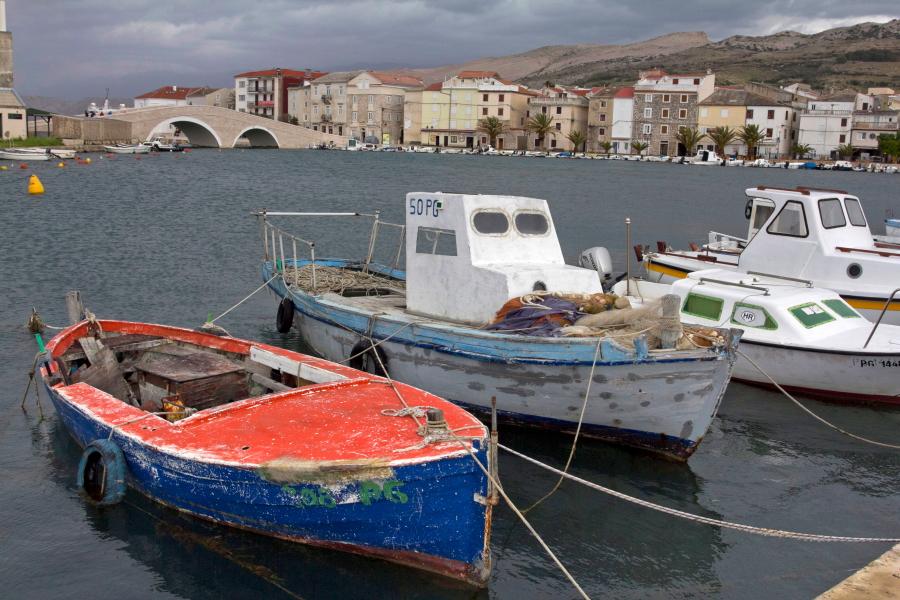 Žvejų laivai Pago miestelio prieplaukoje - Kroatija