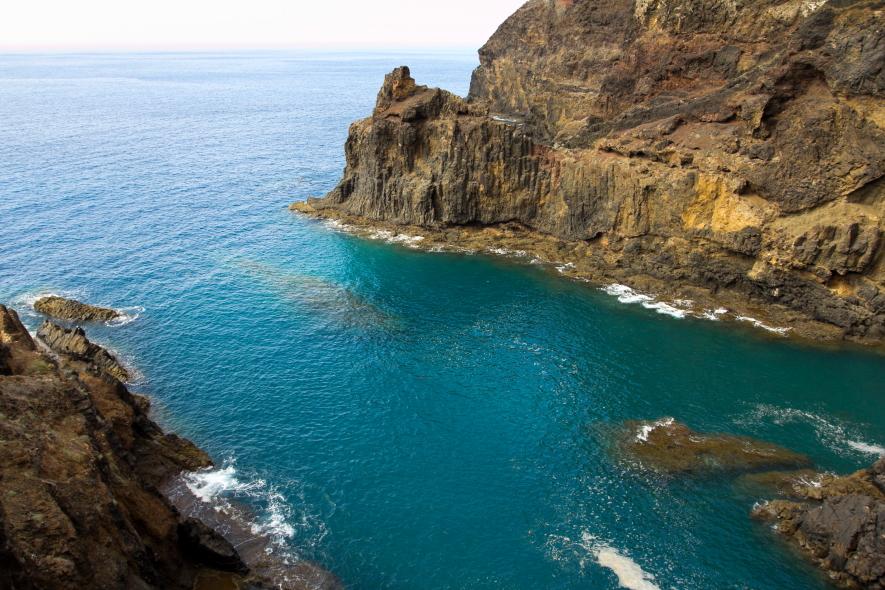 Tarp uolų pasislėpęs Zimbralinjo paplūdimys Porto Santo saloje