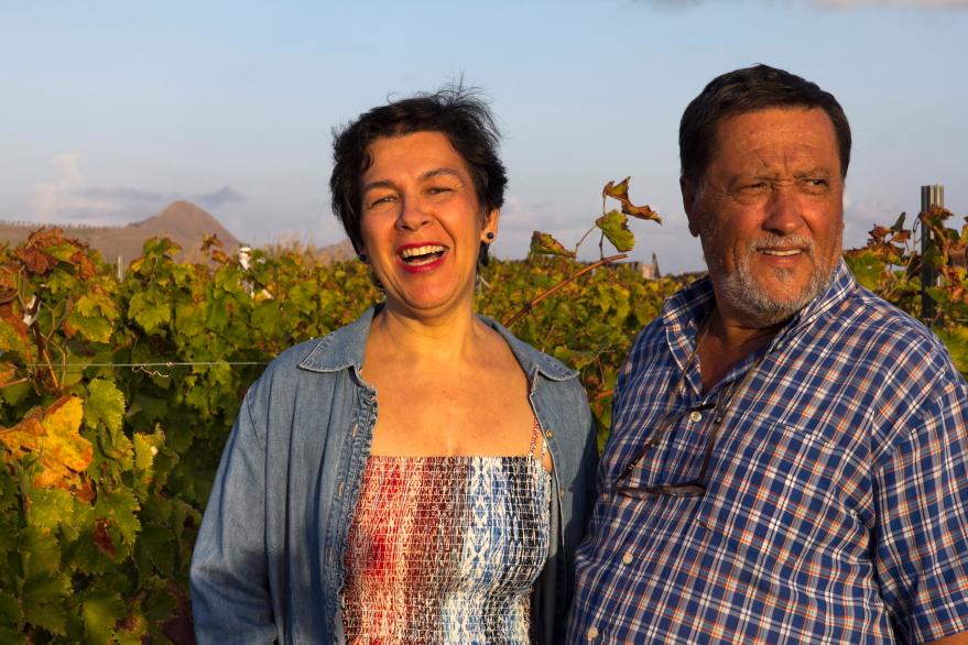 Fatima ir Diogo savo vynuogyne Porto Santo saloje