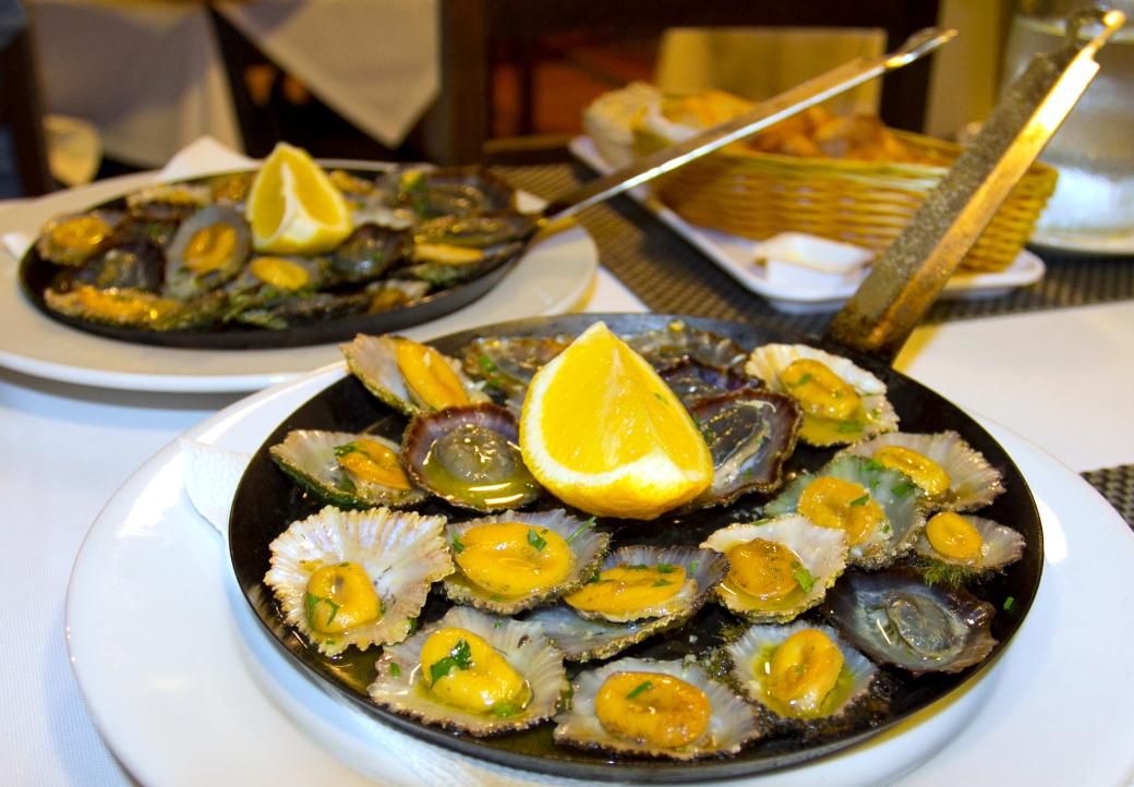 Tipiškiausias Porto Santo salos patiekalas - ant grilio kepti girnelių moliuskai