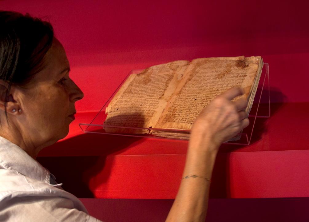 Margarida Pecas mėgina perskaityti Kristupo Kolumbo rankraštį Porto Santo Saloje Vila Baleiroje esančiame keliautojo name