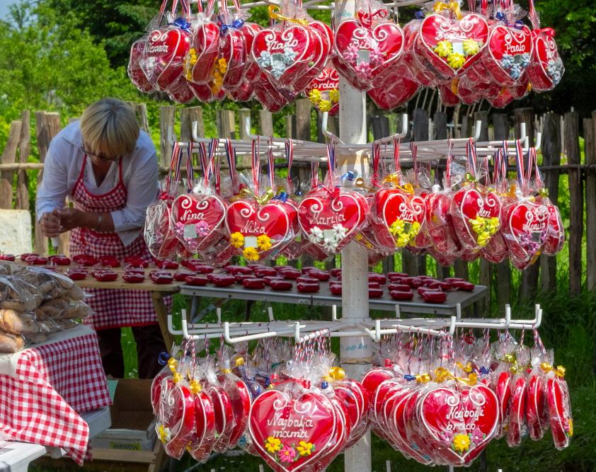 Širdelių kepėja Božica tradicinėje pirkioje etnografijos muziejuje Kumrovece