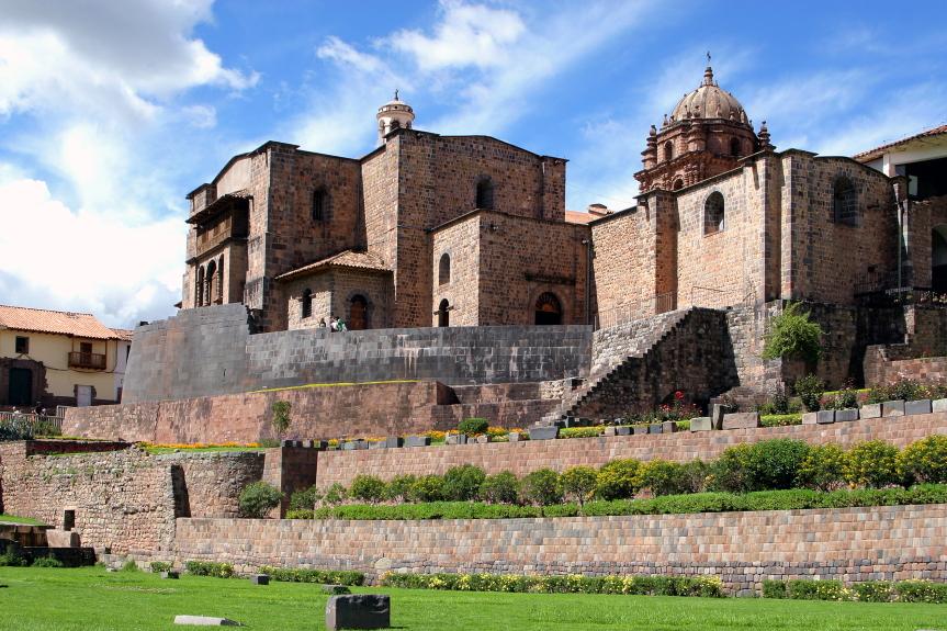Ant buvusios  inkų Saulės šventyklos pamatų stovi Kusko katedra