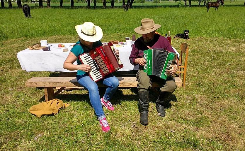 Danutė ir Česlovas nepraleidžia progos pamuzikuoti/ Foto: Mindaugas Karčemarskas