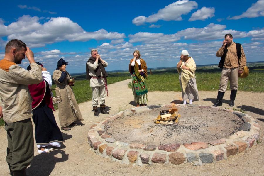 Žygio dalyvių apeigos Ugniai pagerbti Šatrijos kalne su Romuvos žyniu Dariumi Ramančioniu