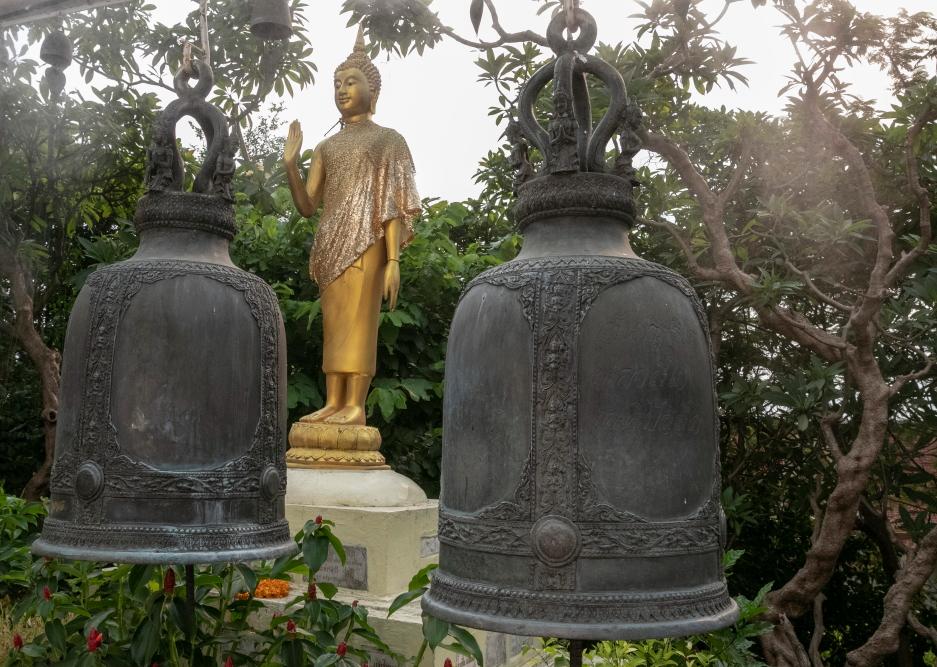 Auksinio kalno šventyklą supa varpai ir tarp jų sklandantis dirbtinis rūkas