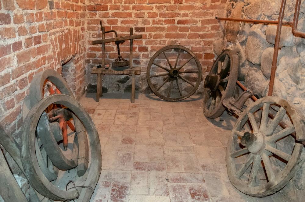 Šiame kambarėlyje Utenos Pašto stoties rūsyje užsirakindavo kalėjimo prižiūrėtojas