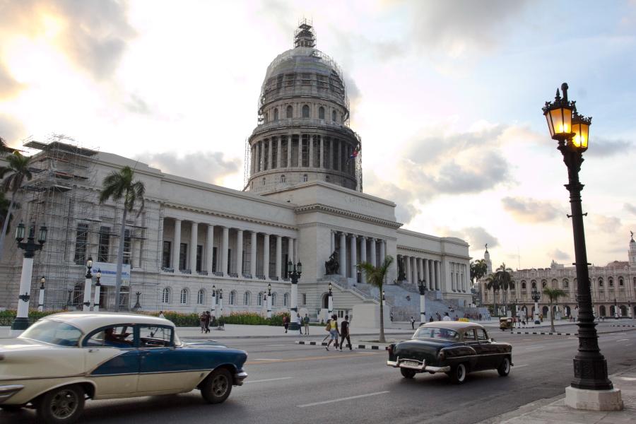 Havanos Kapitolijus ir senoviniai automobiliai - Kuba