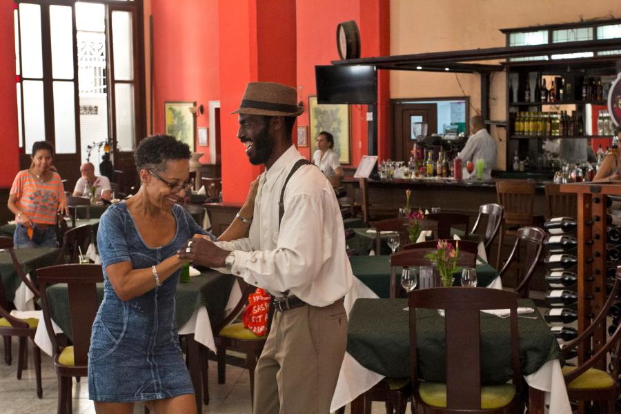 Kubiečiai baruose šoka jau per pusryčius - Havana