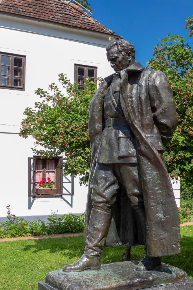 Antuno Augustinčičiaus sukurta Josifo Brozo Tito skulptūra Kumrovece šalia Tito gimtojo namo