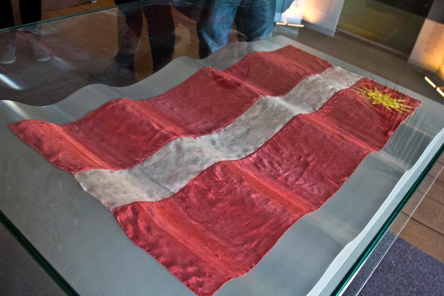 Cėsyse latviai pasiuvo savo pirmąją vėliavą / Foto: Kristina Stalnionytė