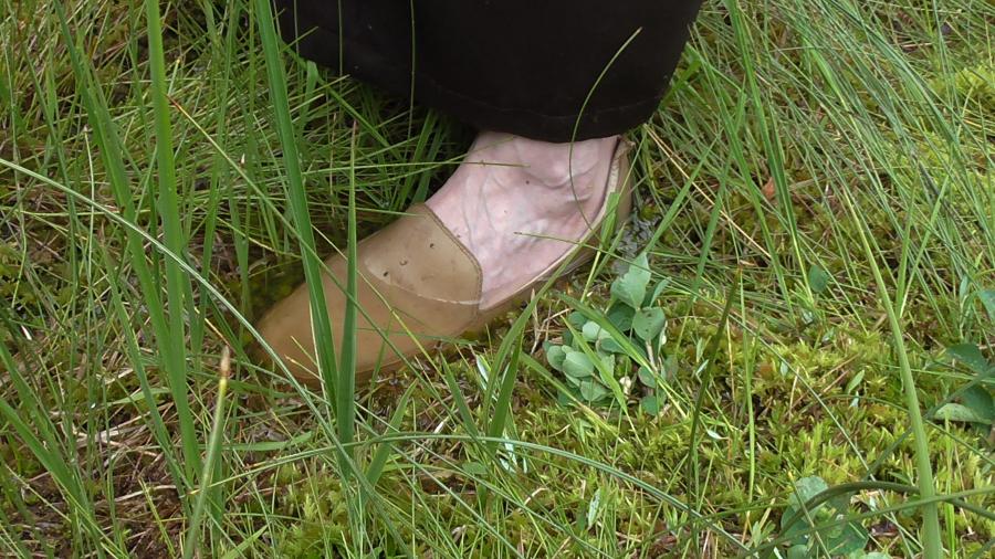 Kristina Keck pelkėje su batais Kleinwalsertalyje Alpengasthof Hornlepass