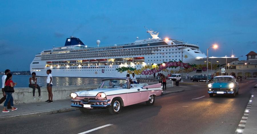 Havanos uoste švartuojasi kruiziniai laivai ir važinėja senoviniai amerikietiški automobiliai