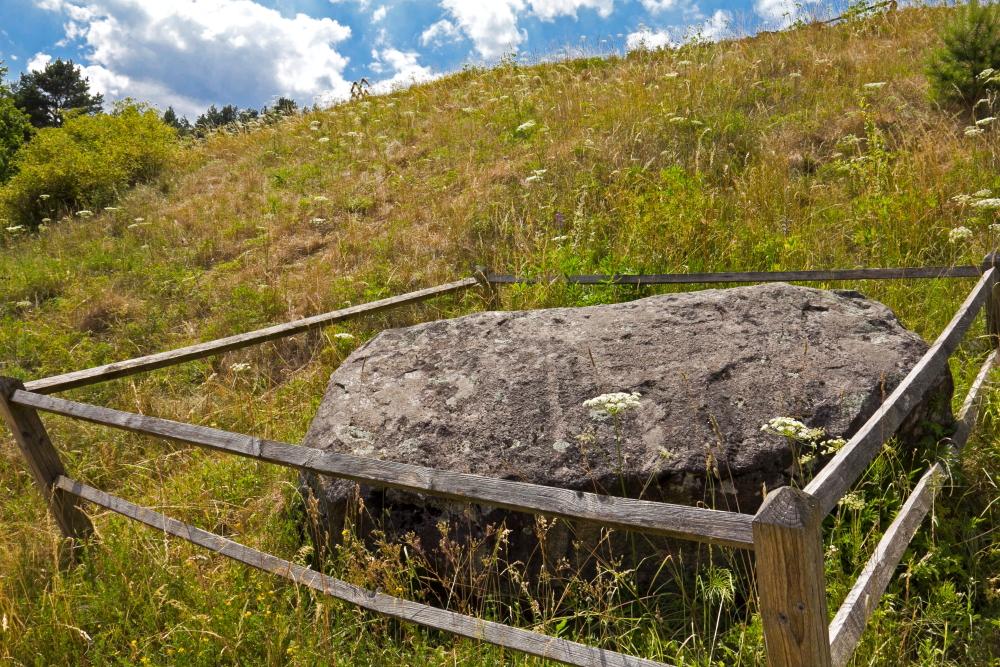 Mitologinis akmuo Laumės valtis prie Lygamiškio piliakalnio Utenos rajone