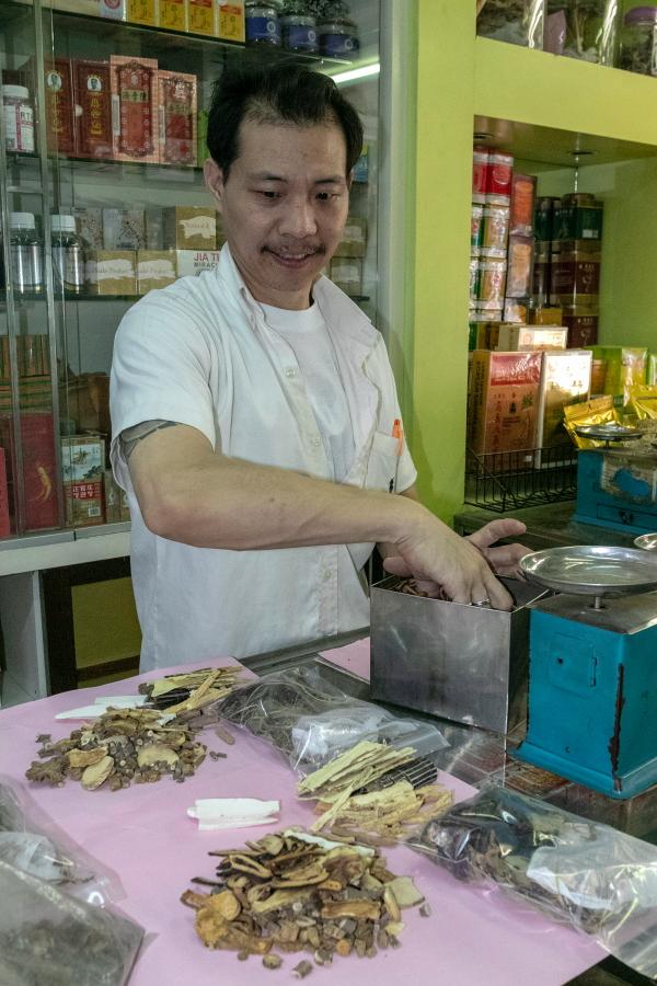 Vaistininkas gamina gydančiuosius mišinius / Foto: Kristina Stalnionytė