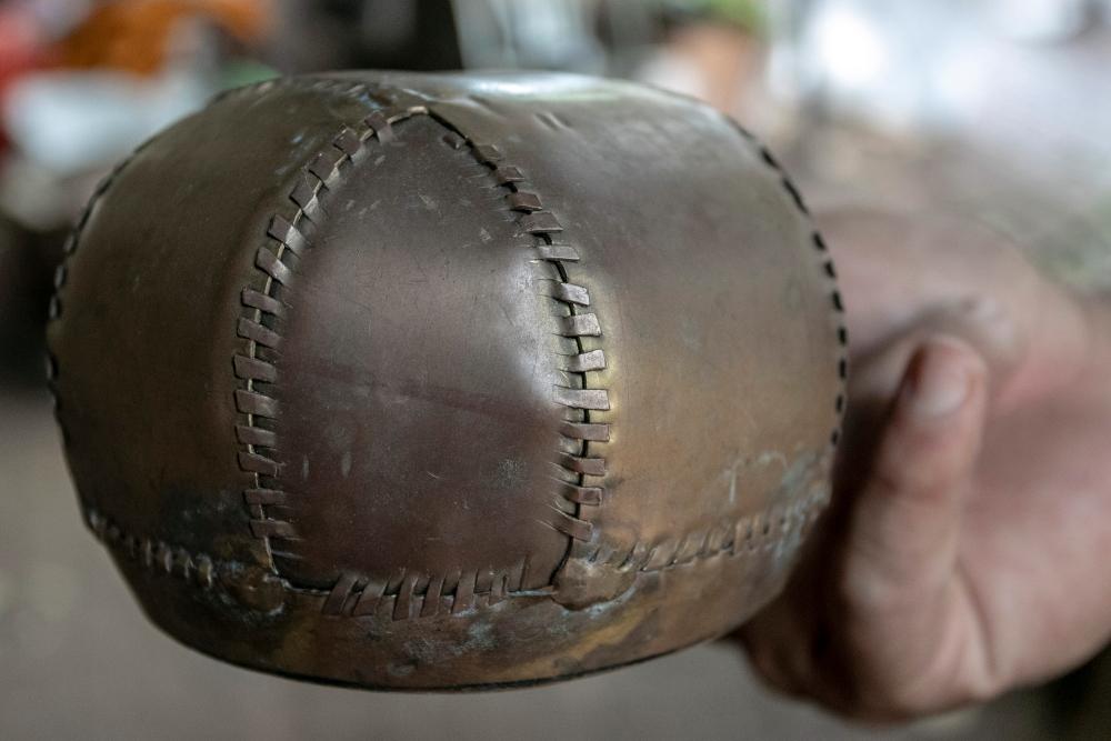 Aukų dubenėlio ruošinys meistro rankoje