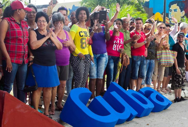 Sagua la Grandės miesto gyventojai Kuboje, susirinkę pasiklausyti Turizmo ministro kalbos