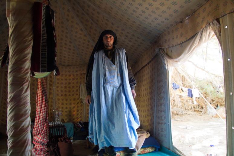 Beduinas savo palapinėje namuose Sacharos dykumoje