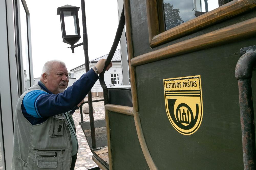 Jonas Pleckevičius prie pašto karietos Utenos senosios pašto stoties kieme
