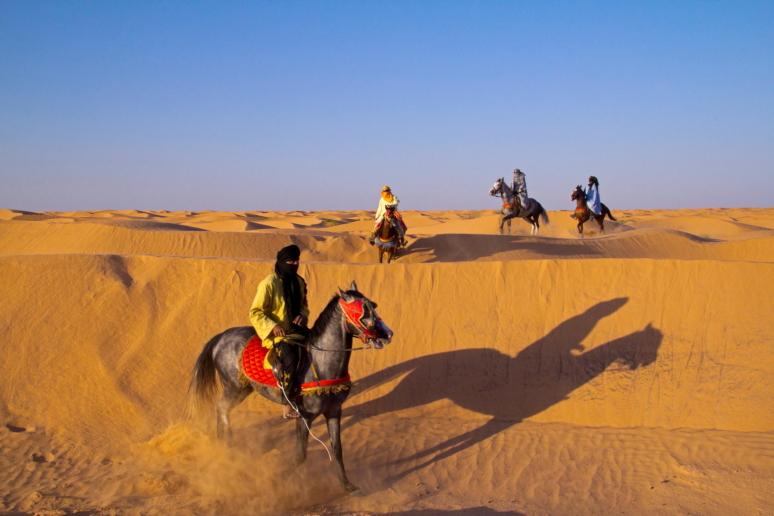 Beduinai su arkliais Sacharos dykumoje Tunise Ksar Gilano oazėje