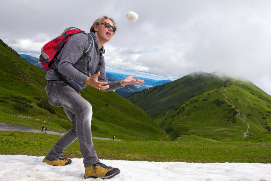 Forarlbergo Alpėse sniego yra ir vidurvasarį galima pažaisti gniūžtėmis