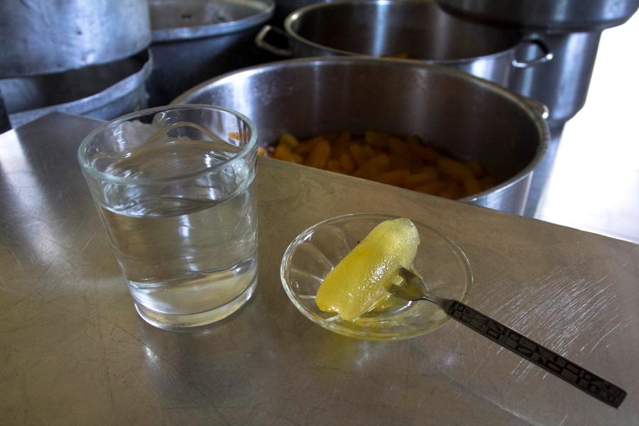 Sirupe išmirkyta bergamotės žievelė Kipre Nikos saldumynų fabrikėlyje - vieno šaukšto saldumynai