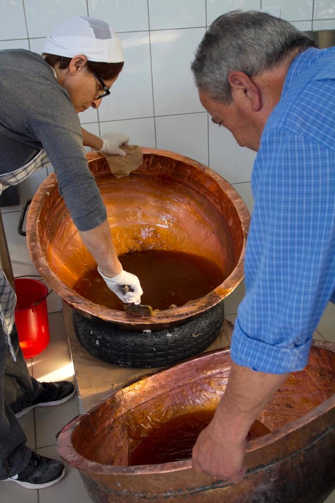 Ksenija ir Gabrielis gamina lukumą Kipre Geroskipou saldumynų krautuvėlėje