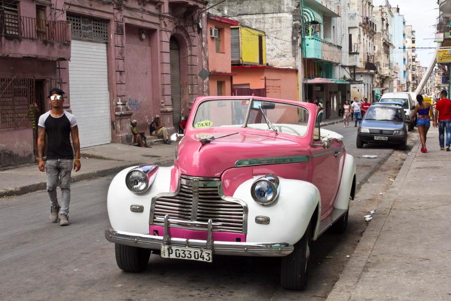 Šaltibarščių spalvos retro automobilis Havanos gatvėje