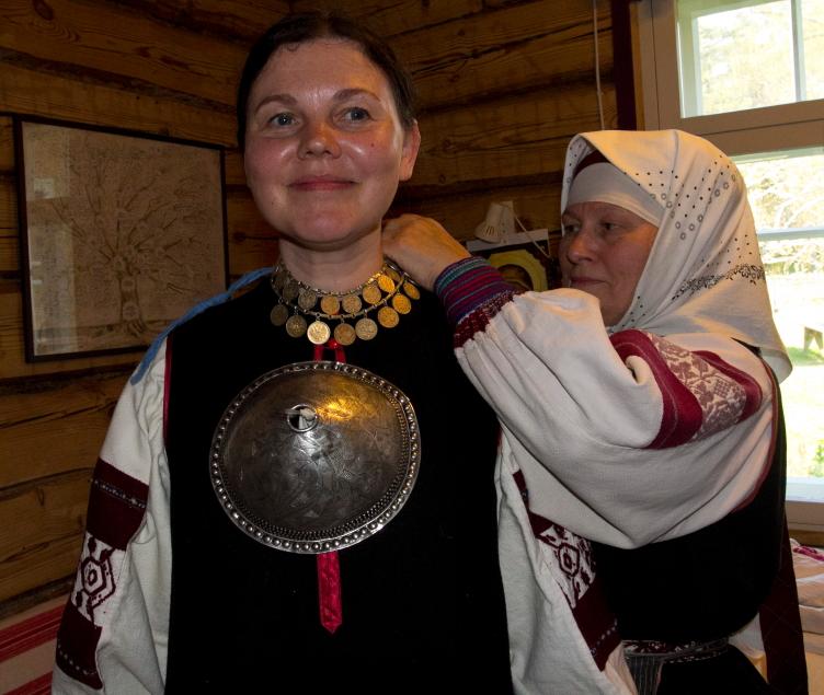 Moterų papuošalai kartais sveria penkis kilogramus / Foto: Kristina Stalnionytė