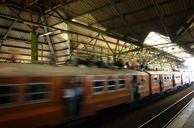 ジャカルタの駅で。ドアは開けっ放し、列車の上にも人!!