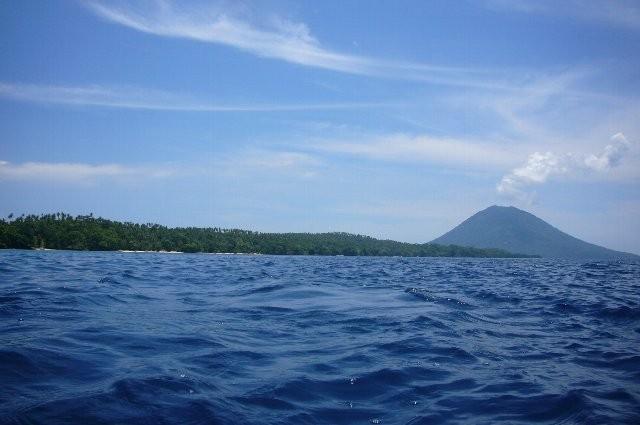 遠くに火山が見えます。