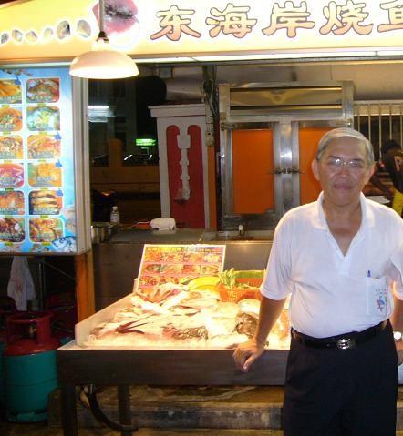 レッド・ガーデンの中にある海鮮料理のお店。店主のおじさん。