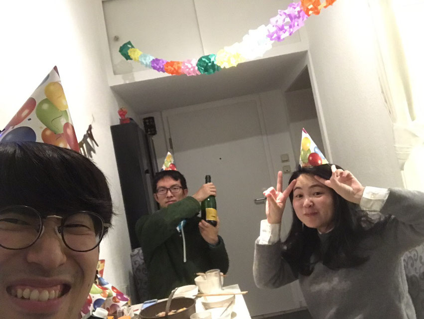 仲の良いアパートメイトと一緒の宮岡さんは一番右側