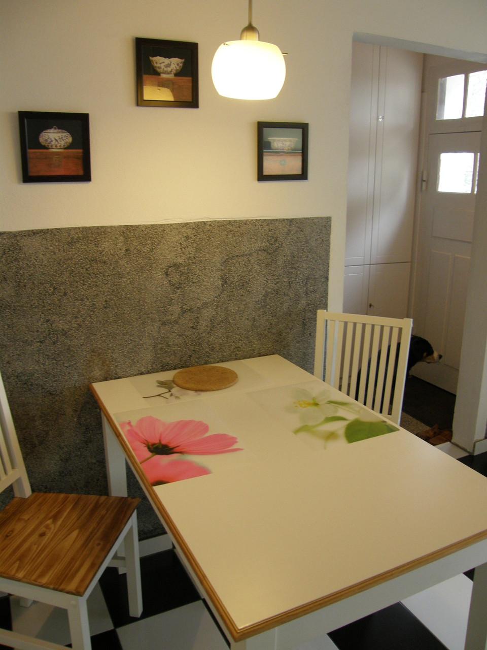 Essplatz mit Terrazzo an den Wänden