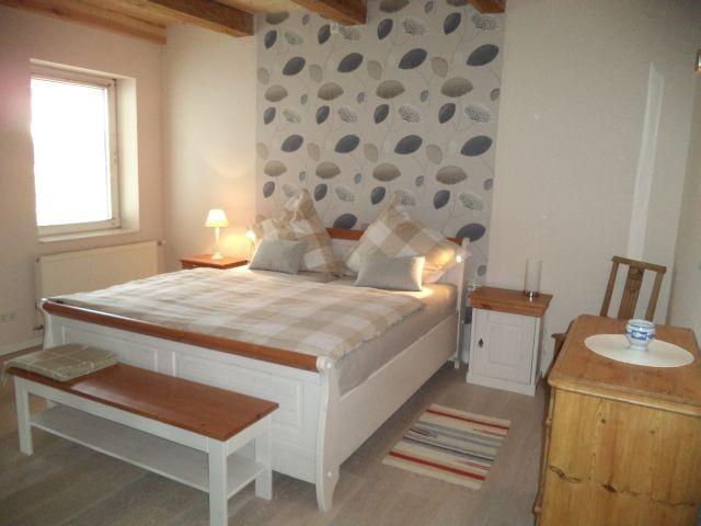 Schlafzimmer für Eltern mit Zustellbett für die Kleinen