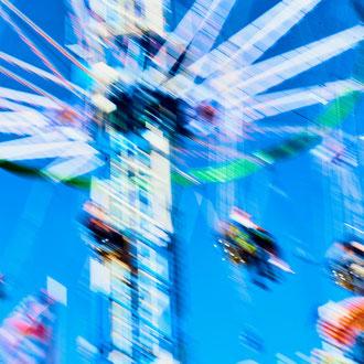 Kettenkarussell in Popart-Farben aus der Serie Wiesn