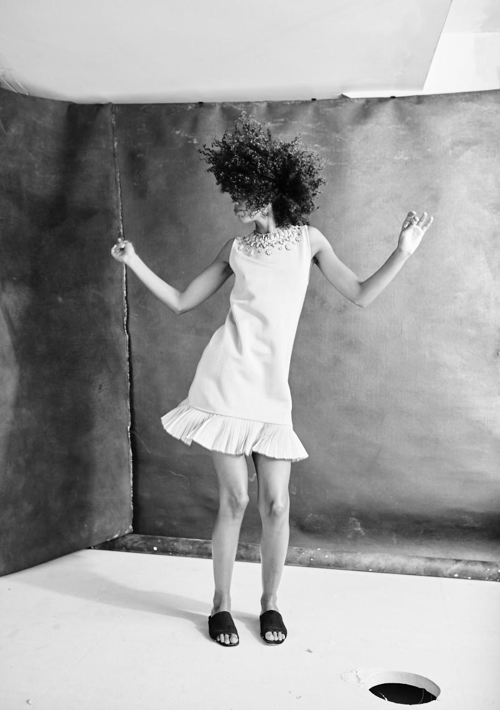 schwarz-weiß Porträt einer Frau, die springt aus der Serie Women in Town