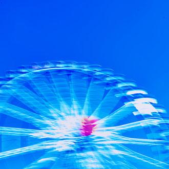 blaues Riesenrad aus der Serie Wiesn