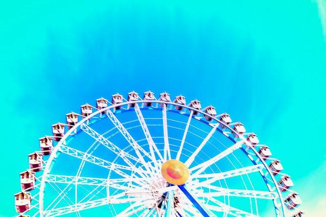 buntes Riesenrad vor blauem Himmel aus der Serie Wiesn