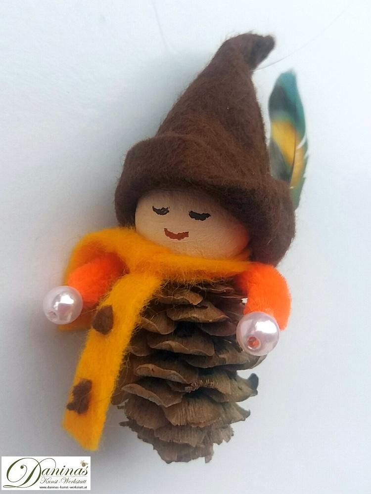 Waldelfe Barthel. Handgefertigte Figur aus Lärchenzapfen mit Schal und Hut aus Filz sowie einer Hutfeder