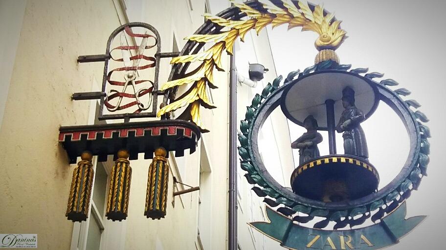 Salzburger Getreidegasse, typisch sind die verspielten Zunftzeichen an den Hausfassaden